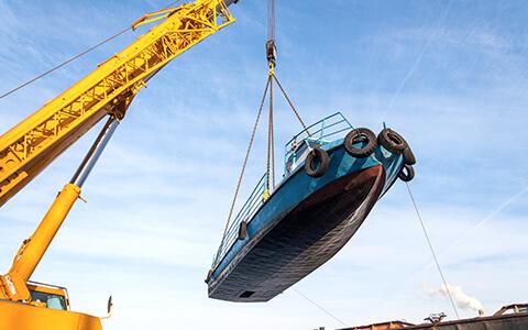 подьем лодки на цепных стропах